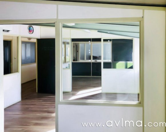 Très bien situé, dans la zone d'activités de Plaisir- les Clayes-sous-bois, bureaux à louer dans un ensemble immobilier. Vous disposerez également d'un petit espace de réception, de toilettes et stationnements. Loyer de 460eurosHT/mois + provision pour charges de 65eurosHT/mois Honoraires d'agence de 1380eurosHT à la charge du locataire  Christelle HERMAN Agent Commercial – Numéro RSAC : 750110355 – VERSAILLES